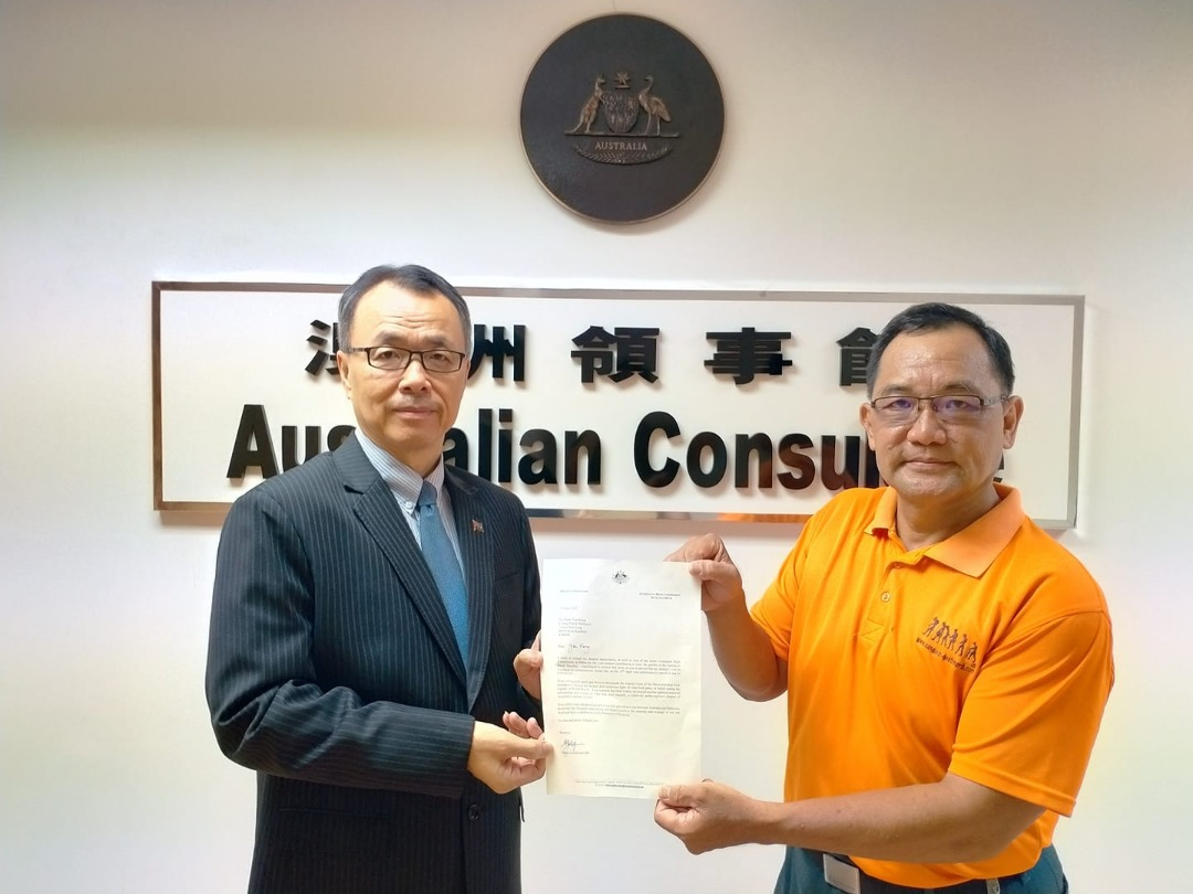 Australia's Honorary Consul to Sabah Datuk Andrew Sim (left) presenting the letter of commendation to Tham Yau Kong (right)